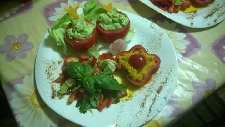 Pomodoro ripieno di crema di avocado e peperone ripieno di crema di zucca e salvia